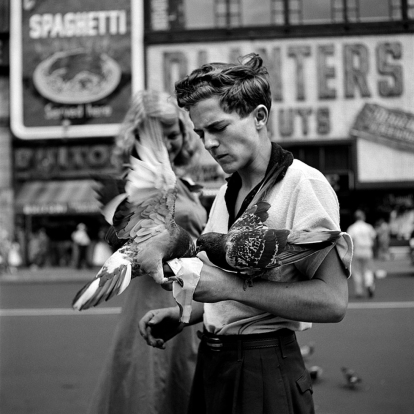 Ragazzo con piccioni, senza data © Vivian Maier/Maloof Collection, Courtesy Howard Greenberg Gallery, New York - Forma Milano - terramatta