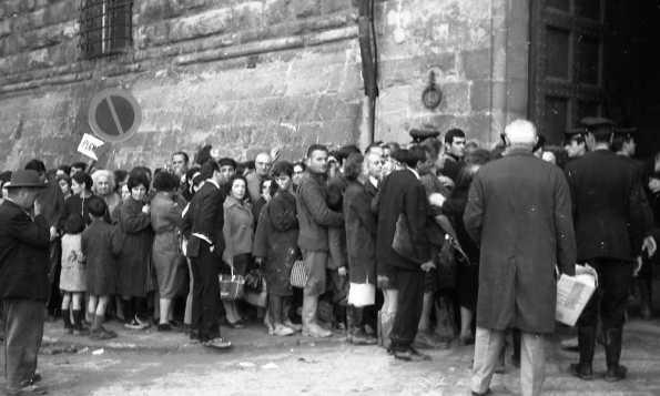 Persone in coda davanti al portone di Palazzo Vecchio dove si distribuivano viveri e medicinali - novembre 1966 | © foto di Fausto Braganti