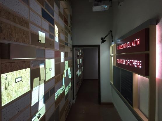 L'ingresso del Piccolo museo del diario e la parete dei cassetti