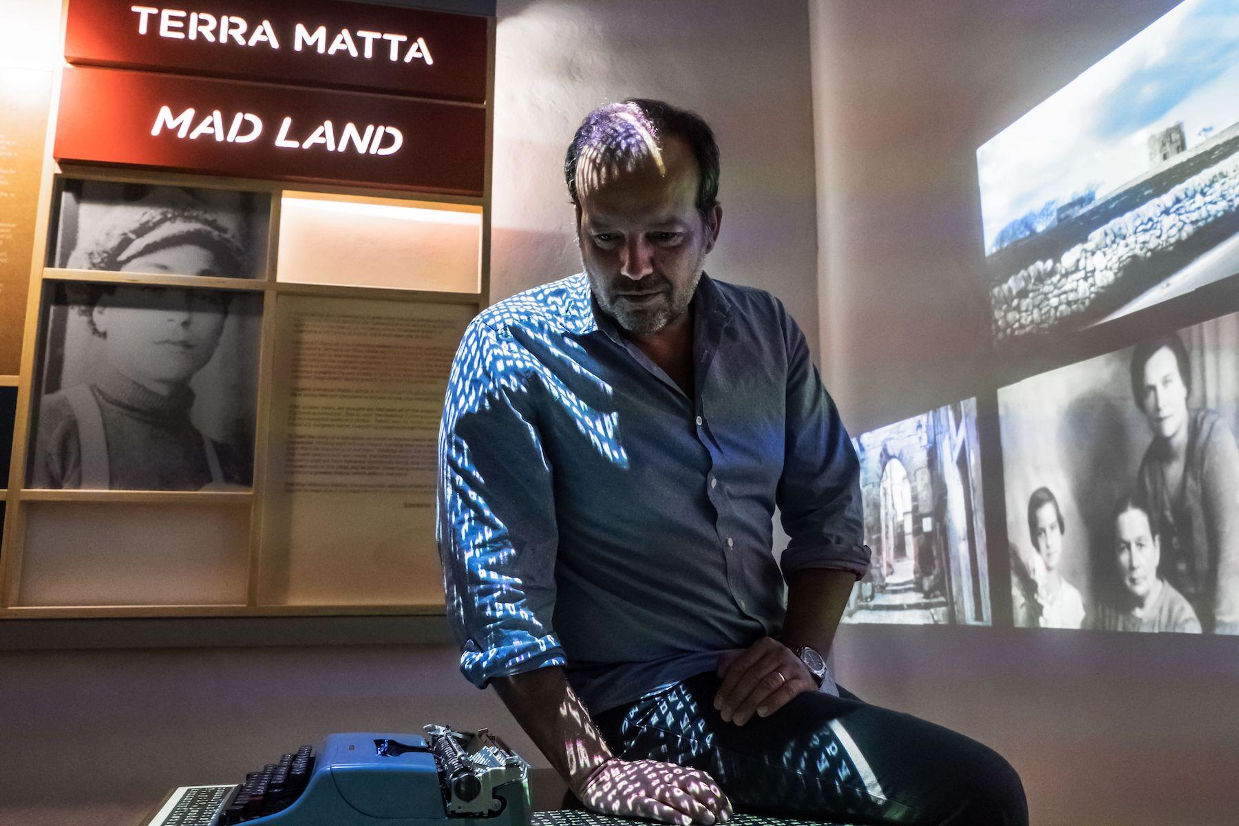 Mario Perrotta nella stanza di Rabito del Piccolo museo del diario - foto di Luigi Burroni