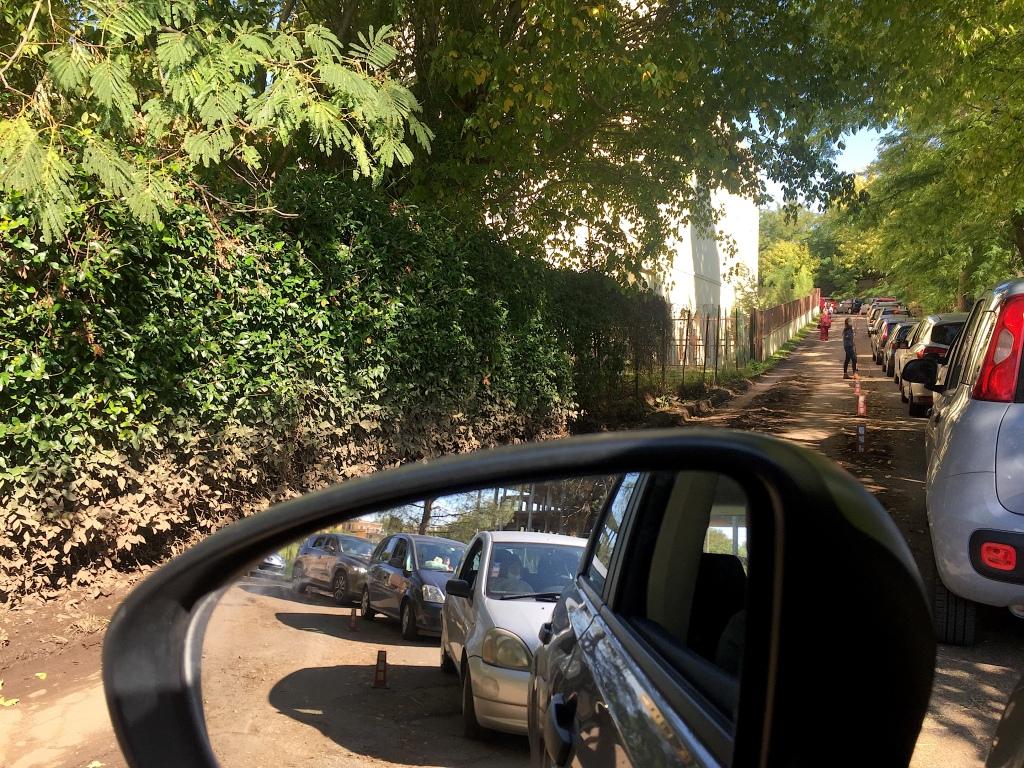 Un Paese in coda - fare il tampone covid al drive-in di Roma